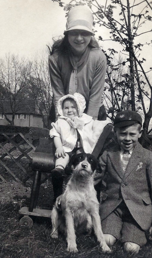 1927 Henry and Winifreds children and Rover the dog at Sunray AvenueWEB