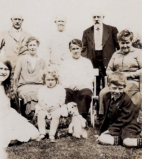 Hooke family c1934 Uncle Fred top left xx daddy Henry Next row xx Aunt Elizabeth Front row Doris me Betty and TedWEB